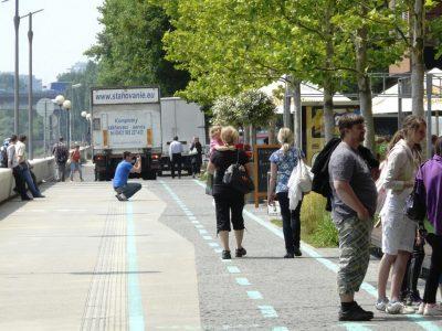 Každodenný obraz, parkujúce autá Riverparku na cyklotrase