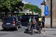 Cyklotrasa alebo jednosmerka pre motorové vozidlá? Dopravní policajti schválili aj väčšie nezmysly.
