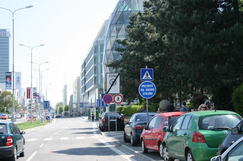 Mesto nepriateľské ku chodcom - zákazy a parkujúce prekážky
