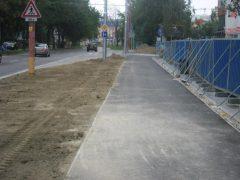 O relatívne úzky chodník sa majú deliť chodci a cyklisti