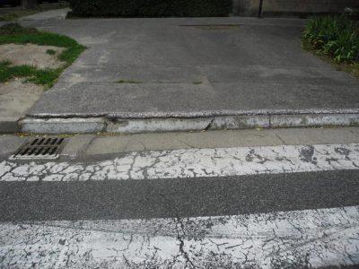 Koniec chodníka na priechode pre chodcov