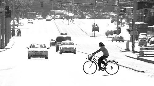 Pekna slecna na bicykli v zime