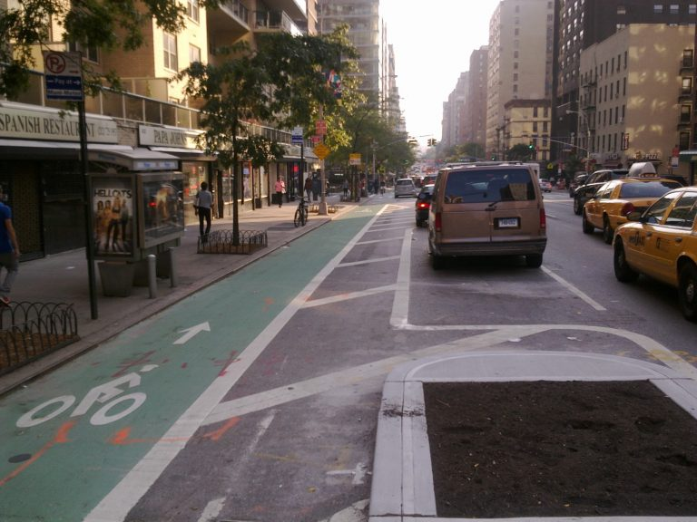 zdroj: http://wwbpa.org/wp-content/uploads/2010/10/NYC-2nd-Ave-Buffered-Bike-Lane2.jpg