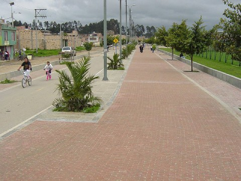 Príklad riešenia cyklodiaľnice s priľahlým chodníkom s celkovou dĺžkou 17 km v Bogote