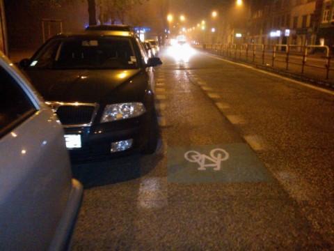 Auto parkujúce na Špitálskej hranici cyklopruhu, nedodržujúc bezpečný odstup (dverovú zónu)