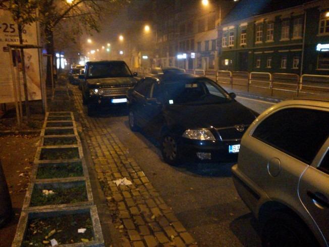 Auto parkujúce na Špitálskej hranici cyklopruhu, nedodržujúc bezpečný odstup (dverovú zónu), napriek tomu, že priestoru na parkovanie má veľa