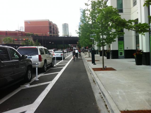 Cyklopruh vpravo od pozdĺžneho parkovania, Chicago, IL