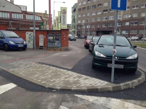 Nový nájazd na rozšírený chodník. V pravej časti budú cyklisti, v ľavej chodci.