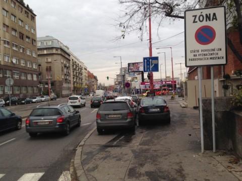 Súčasťou je aj zmena dopravného režimu, chodci by nemali byť ohrozovaní vozidlami idúcimi po chodníku. Na obrázku ešte vozidlá nerešpektujúce dopravné značenie.