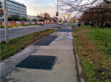 Lokálna oprava asfaltového povrchu, už žiadne hrboly a jamy
