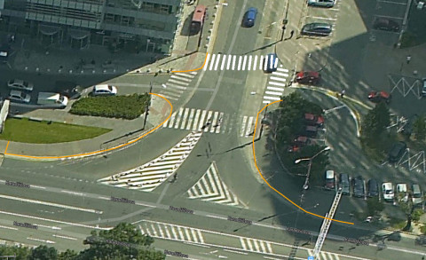 Návrh doplnenia nových priechodov pre chodcov rešpektujúcich pešie ťahy a doplnenia stĺpikov na zabránenie státia na nebezpečných miestach či miestach, kde vozidlá tvoria prekážku chodcom.