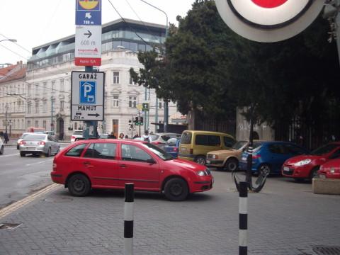 Malý trh - zóna s parkovaním len na vyznačených miestach. Autá tu napriek tomu celodenne parkujú mimo nich a blokujú hlavný peší ťah z autobusovej stanice do centra.