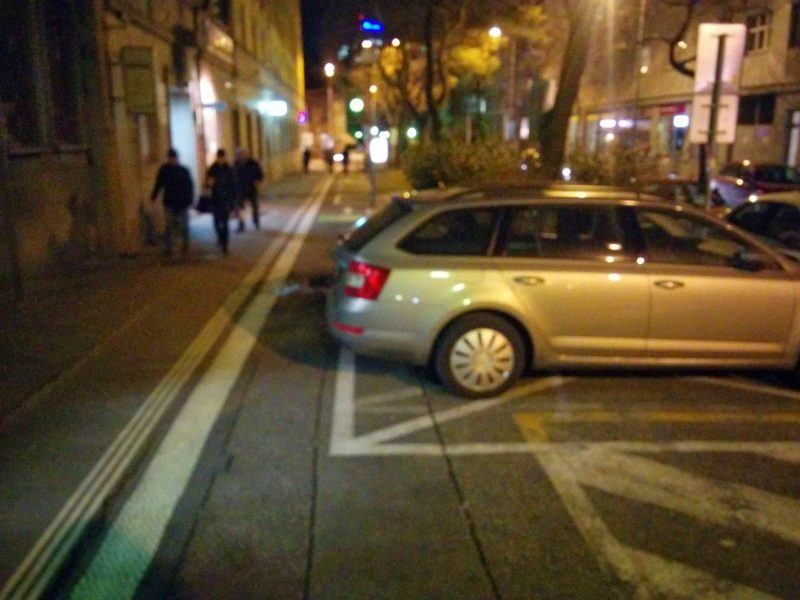 Auto legálne parkujúce na vyhradenom parkovaciom mieste a zároveň blokujúce novú cyklotrasu