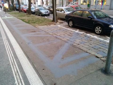 Šedou farbou zamaľované bývalé parkovacie boxy, ktoré pôsobili zmätočne (marec 2014)