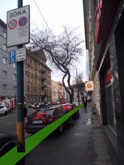 Zväčšenie priestoru pre chodcov oddelením od vozovky zeleným pásom.