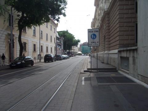 Piktogramy vedú cyklistu na Jesenského ulicu. Tu však čaká značka pešia zóna, ktorá však z tejto strany nemá dodatok povoľujúci vjazd cyklistov (na rozdiel od iných vjazdov).