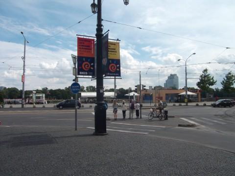 Na námestí Ľ. Štúra projektant navrhol a mesto zrealizovalo značku Zosadni z bicykla (určite je jej obsah jasný aj zahraničným turistom). Namiesto tejto nadbytočnej značky tu mal byť radšej doplnenený priechod pre cyklistov.