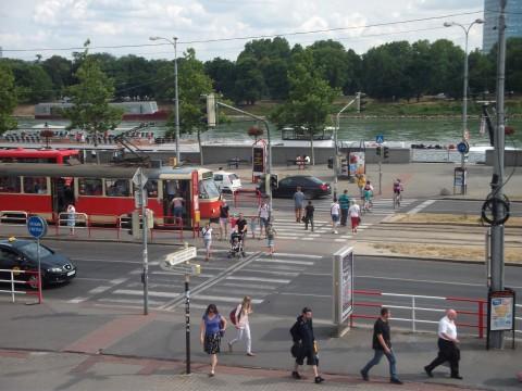 Chodci na priechode pre cyklistov (cez koľaje), cyklisti na priechode pre chodcov, značka Zosadni z bicykla namiesto dobudovania priechodu pre cyklistov cez celú cestu... Moderné cykloriešenie bratislavského štýlu.