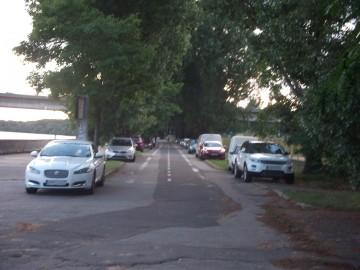 Cestička pre cyklistov, nábrežná promenáda alebo parkovisko s výhľadom na rieku?