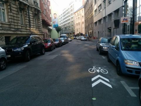 Koridor pre cyklistov (pikokoridor) naviguje cyklistov v cykloprotismerke na Medenej (nie je však nutný, stačí aj zvislé dopravné značenie)