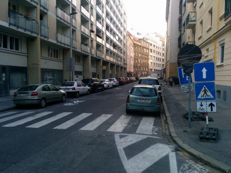 Na južnej strane ulice (od križovatky s Tobruckou) pribudla značka E16c Jazda cyklistov v oboch smeroch povolená pod značku IP3b Jednosmerná premávka