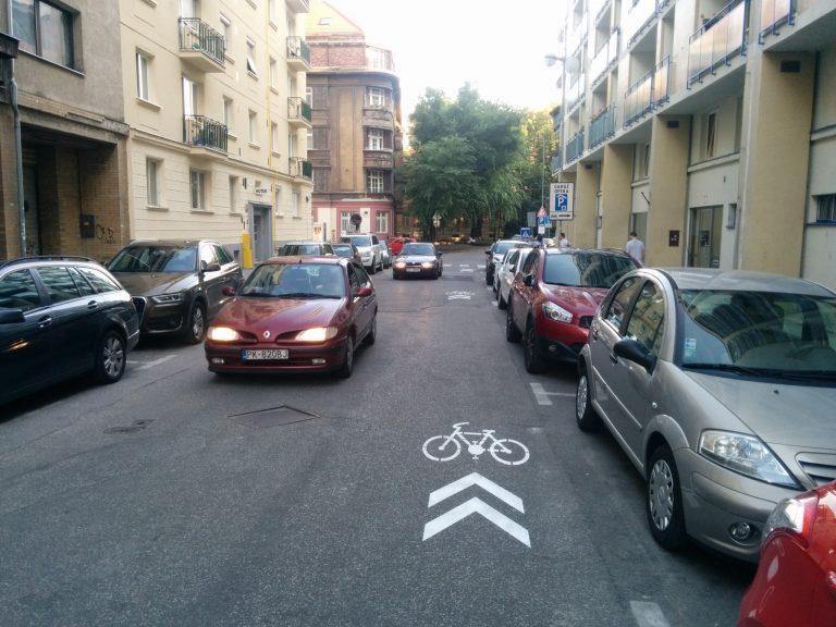Po ani nie 200 m sa blížime ku križovatke Medená x Tobrucká, tesne pred ňou je priechod pre chodocov. Tu si chodci musia zvyknúť pozerať na obe strany pri prechádzaní ulice.
