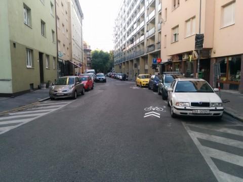 Tuto im značka koidoru pre cyklistov trošku ušla, vozovka je tu široká, kľudne mohol byť namaľovaný aj o pol metra do stredu ulice