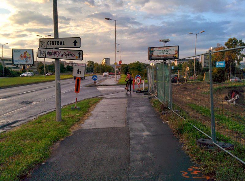 Cyklistka čakajúca na možnosť spustiť sa dole na Ružinovskú po ceste