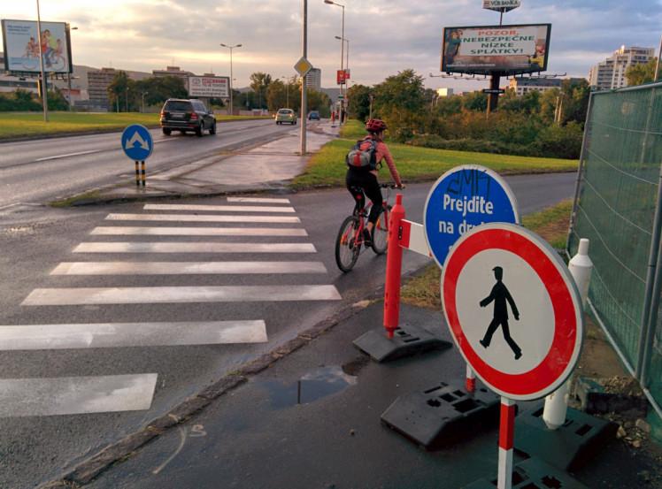 V smere na Ružinovskú je legálne ísť po ceste