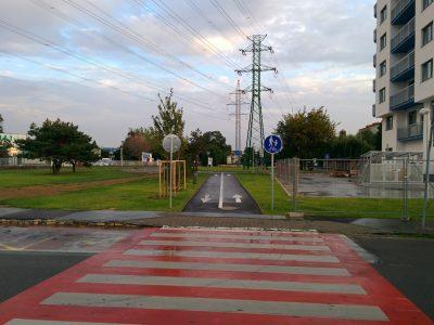 Pohľad na obnovenú cyklotrasu na konci Ružinovskej z konečnej električiek.