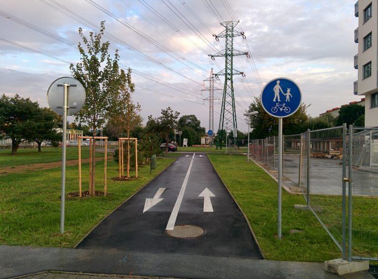 Cestička pre cyklistov sa po jej obnove developerom stala cestičkou pre chodcov a cyklistov.
