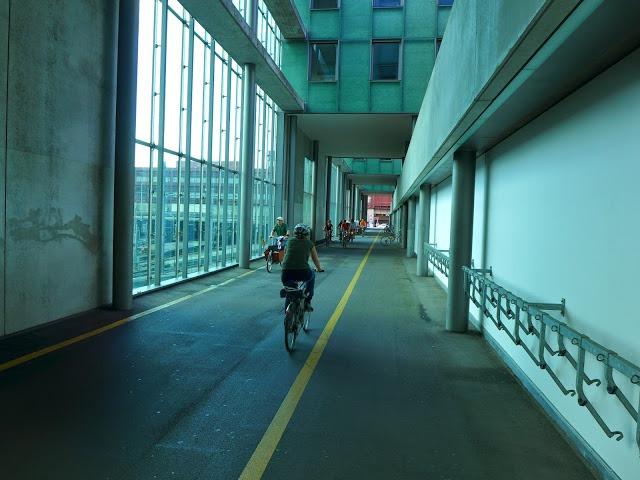 Bazilej, Švajčiarsko - Cyklotunel idúci skrz súkromnú budovu.