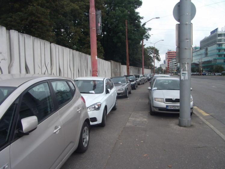 Parkovanie v dvoch radoch na chodníku.