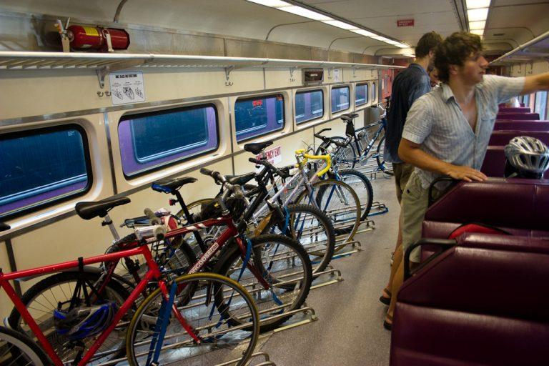 Bicykle na jednej strane, cestujúci na druhej strane.
