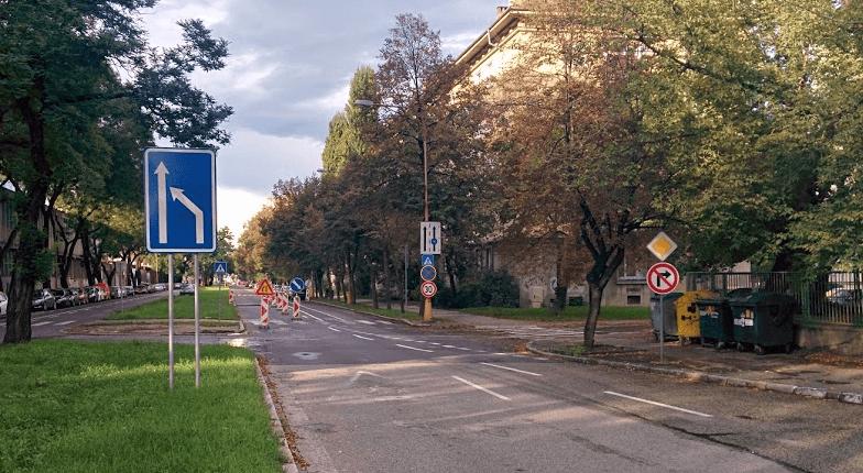 Značka upozorňujúca na zbiehanie jazdných pruhov doľava (tam kde sa opravuje vozovka)