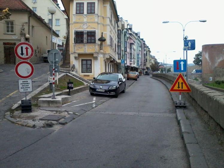 Upozornenie, že v protismere môžu ísť vozidlá.