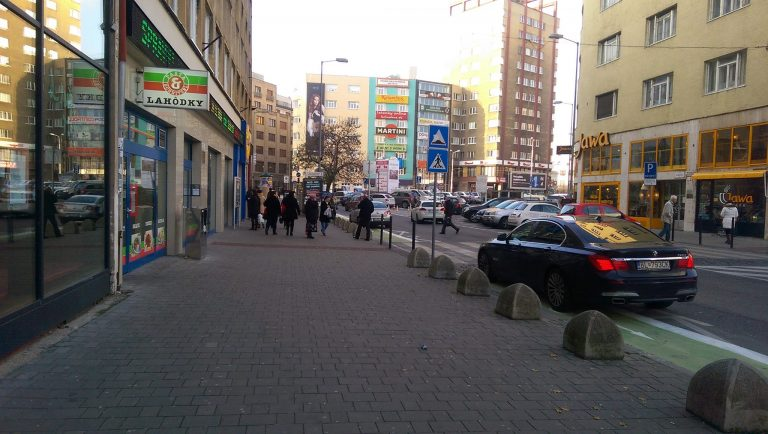 Parkovanie v cyklopruhu na Dunajskej.