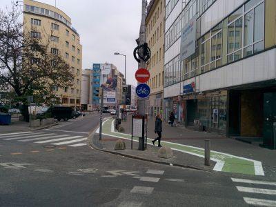Nešťastné umiestnenie cyklopruhu na rohu ulíc, kde prejde denne tisíce chodcov. Náš návrh s umiestnením priamo vo vozovke neprešiel.