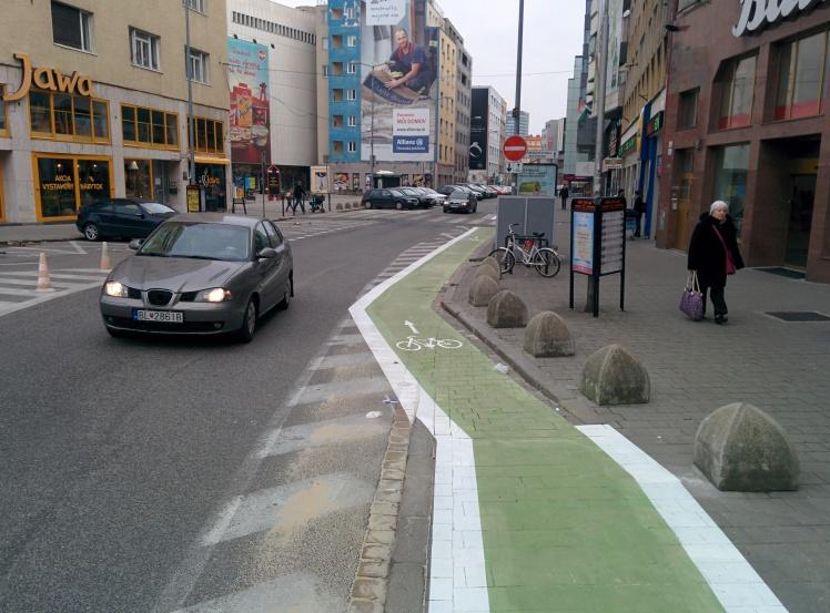 Cyklopruh prechádza z chodníka do vozovky.