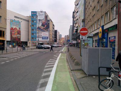 Protismerný cyklopruh vo vozovke (Dunajská). Nerozumieme, prečo nemohol byť širší, napr. 2 m, tak ako parkovacie boxy, ktoré sa tam predtým nachádzali.