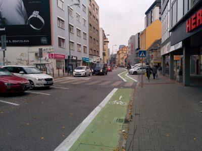 Protismerný podfarbený cyklopruh na Dunajskej