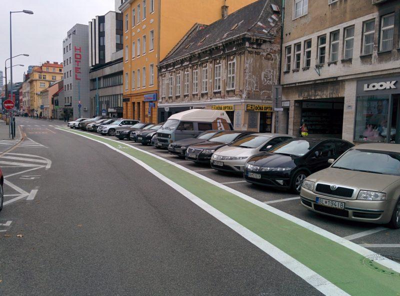Protismerný podfarbený cyklopruh na Dunajskej pred šikmým parkovaním je v rozpore s TP 7/2014, náš návrh bol viesť pruh poza zaparkované autá. Navyše je tam plná čiara, čiže autá v podstate porušujú predpisy keď cez neho prechádzajú. To je tak, keď nás magistrát nepočúva.