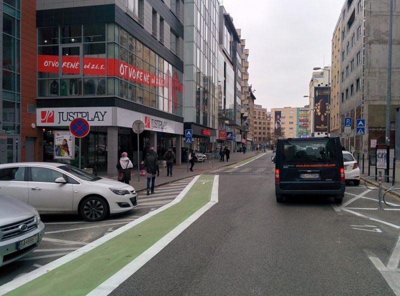 Prostismerný na zeleno podfarbený cyklopruh na Dunajskej