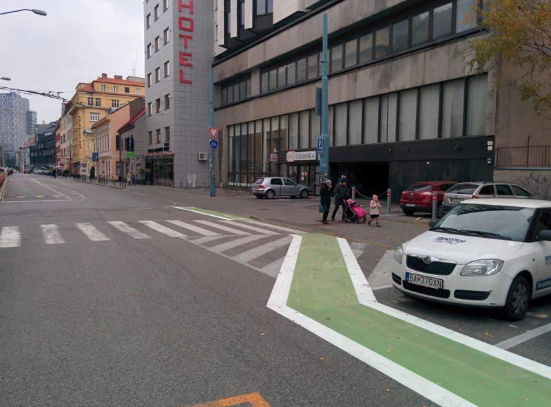 Šikana pred križovatkou s Rajskou. Cyklisti musia dať prednosť vozidlám z Rajskej. Nesprávna značka (C8), anmiesto koniec cyklopruhu.