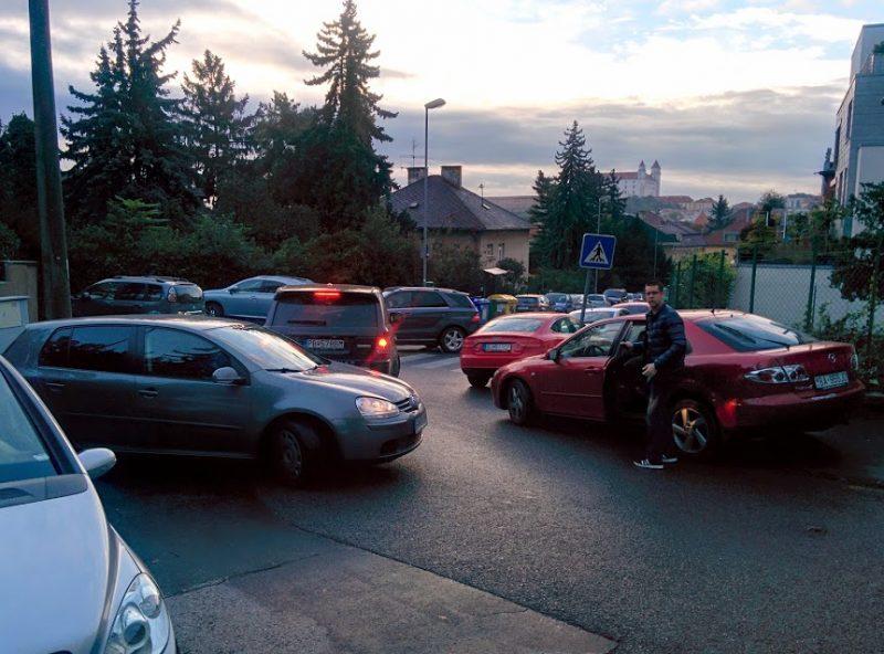 Dopravný kolaps pred škôlkou - parkovacia anarchia.