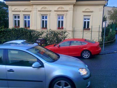 Červené vozidlo parkje priamo na priechode pre chodcov, hneď za našim známym bielym vozidlom. Vodička je upozornená, ale nič si z toho nerobí, hlavne že odloži svoje dieťa do školky.