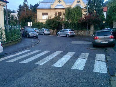 Mercedes parkuje v neprehľadnej zákrute menej ako 5 metrov pred značkou označujúcou priechod pre chodcov (čo je v rozpore zo zákonom)
