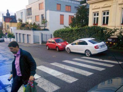 To je náhoda, rovnaké biele vozidlo parkuje v úplne iný deň na priechode pre chodcov