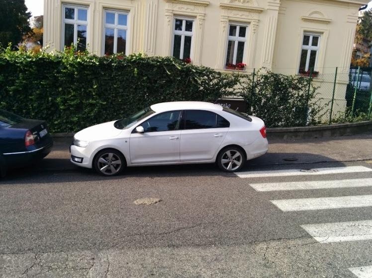 Podľa Mestskej polície biele vozidlo neparkuje na priechode pre chodcov.