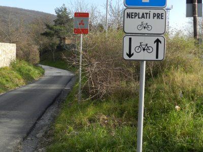 Slepá ulica doplnená dodatkovou tabuľou, že neplatí pre cyklistov. Za ňou neoficiálna oranžová tabuľka. Prečo nepoužili oficálne IS40a?